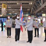 """พลเอก รณชัย มัญชุสุนทรกุล รองเลขาธิการคณะกรรมการโอลิมปิคแห่งประเทศไทยฯ ส่งมอบธงชาติไทยให้กับ รัชนก อินทนนท์ นักกีฬาแบดมินตันทีมชาติไทย เพื่อใช้เดินนำนักกีฬาไทยเดินลงสนาม สู้ศึกโอลิมปิกเกมส์ """"โตเกียว2020"""" – ข่าวกีฬา"""