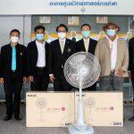 ดร.ก้องศักด ยอดมณี ผู้ว่าการการกีฬาแห่งประเทศไทย (กกท.) รับมอบพัดลมยี่ห้อฮาตาริ จำนวน 10 เครื่อง จากนายนพดล กาญจนทวีวัฒน์ผู้แทน บริษัท ฮาตาริ ไวร์เลส จำกัด – ข่าวกีฬา